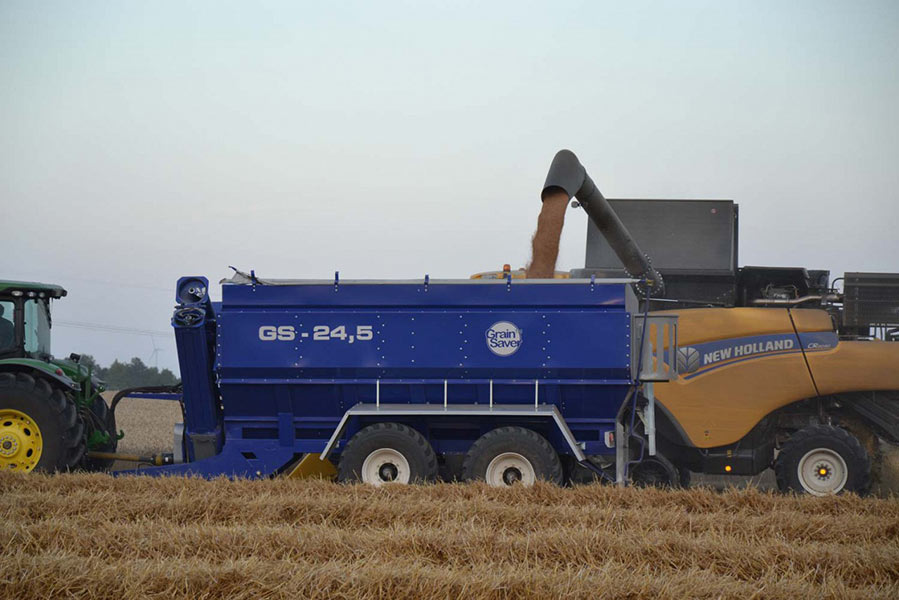grain cart gs-24,5 with new holland harvester