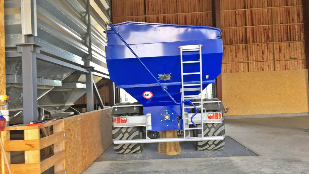 gs-12 grain cart offloading from bottom hatch