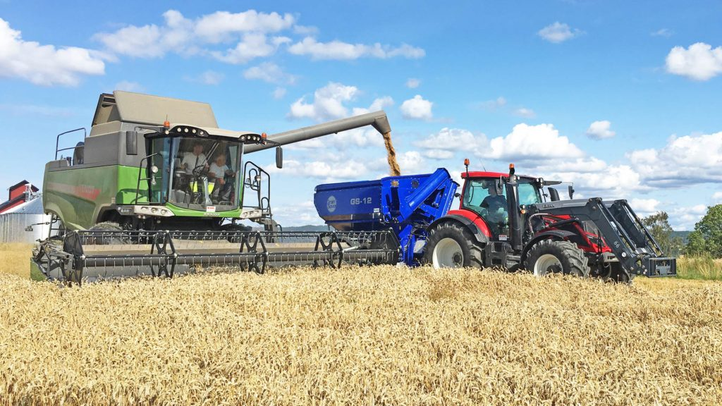 gs-12 grain cart with harvester