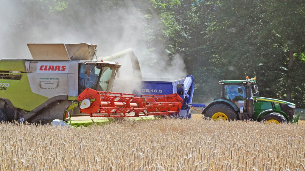 gs-16 grain cart with claas harvester