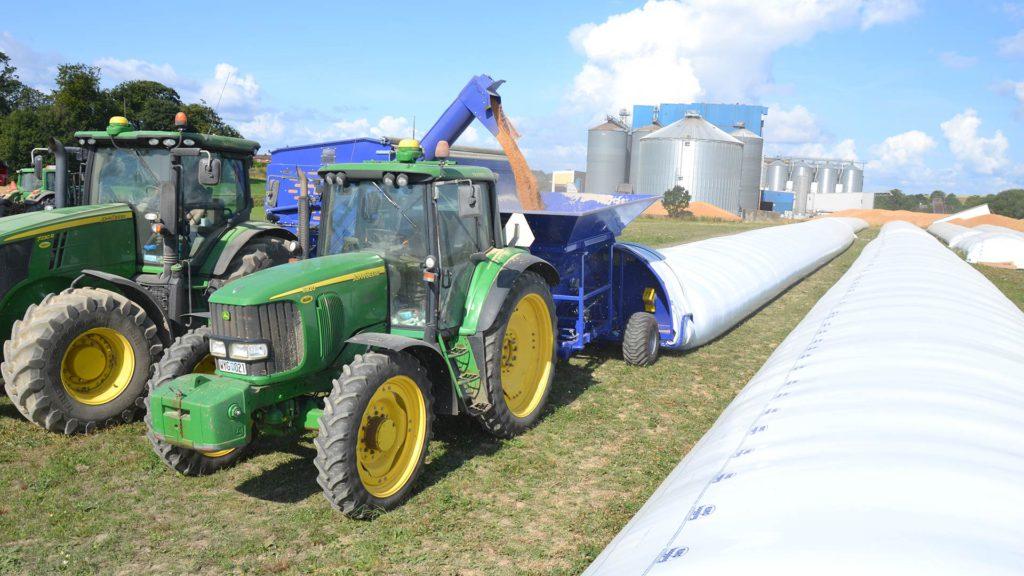 gs grain bagger in operation