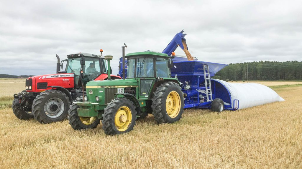 feeding gs grain bagger from gs-24 grain cart