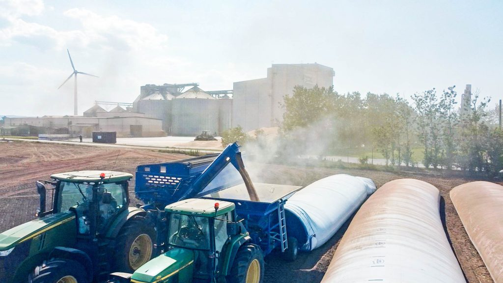 feeding gs grain bagger from gs-24 grain cart