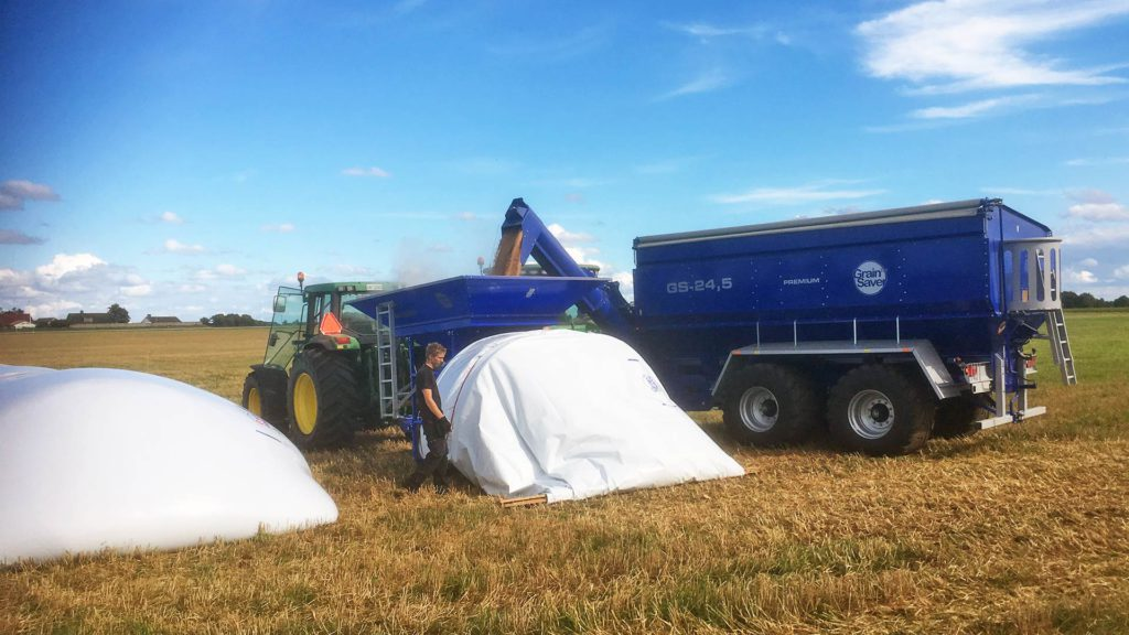 bagging grain with gs bagger and gs-24 grain cart