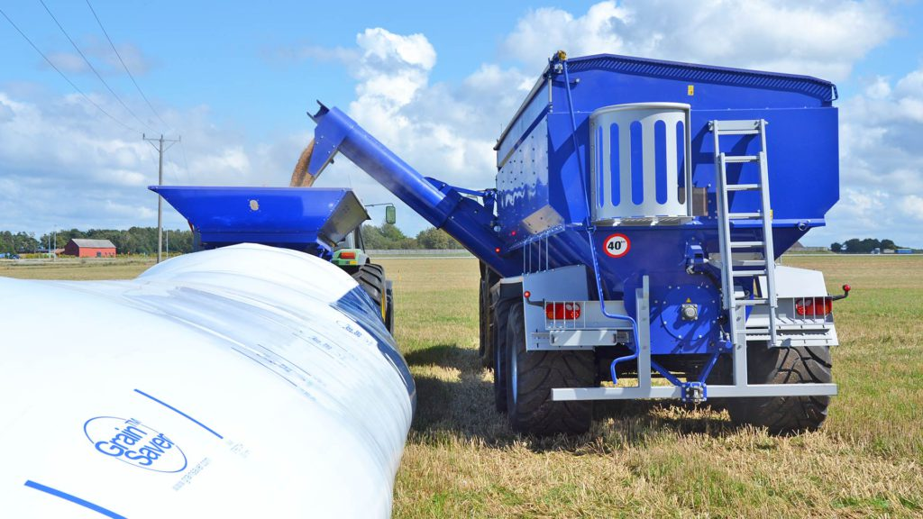 gs-24 grain cart feeds gs bagger